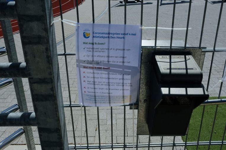Via een papier worden de sporters op de hoogte gebracht van de geldende richtlijnen op atletiekpark Den Heurk in Overijse.