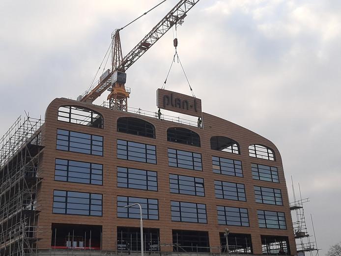 Het staat er op: het paneel met de naam van kantoorgebouw Plan-t is geplaatst.