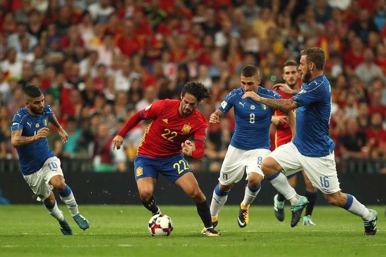De Spanjaard Isco, goed voor twee doelpunten, baant zich een weg door de Italiaanse verdediging. Beeld Getty Images