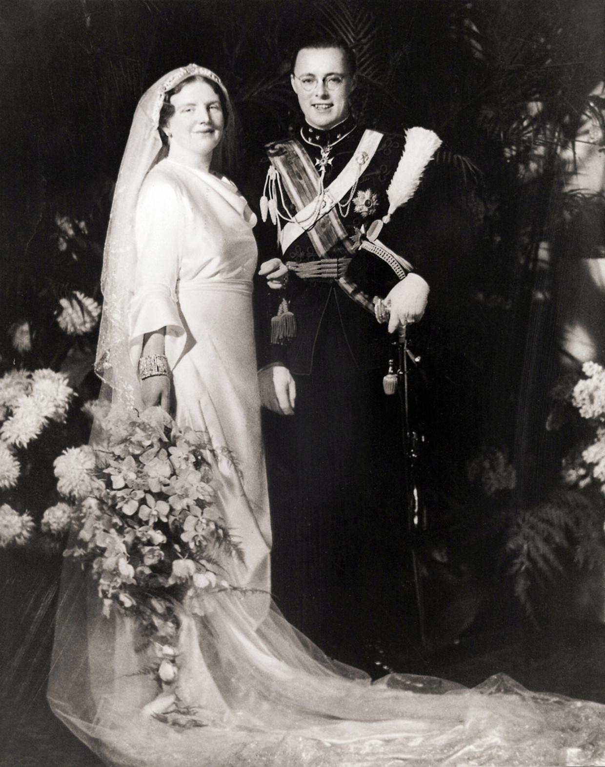 Prinses Juliana en prins Bernhard op hun huwelijksdag 7 januari 1937.