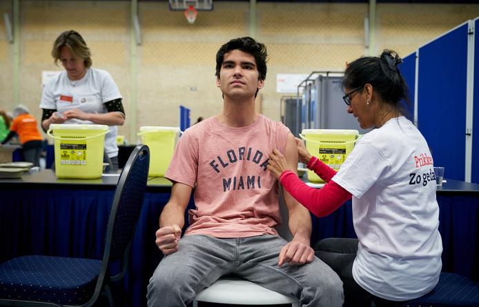 Meningokokkenvaccinatie in sporthal Overbosch