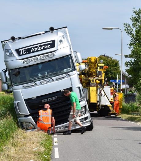 Vrachtwagen zinkt weg in berm na uitwijkmanoeuvre op Zwarteweg in Waddinxveen