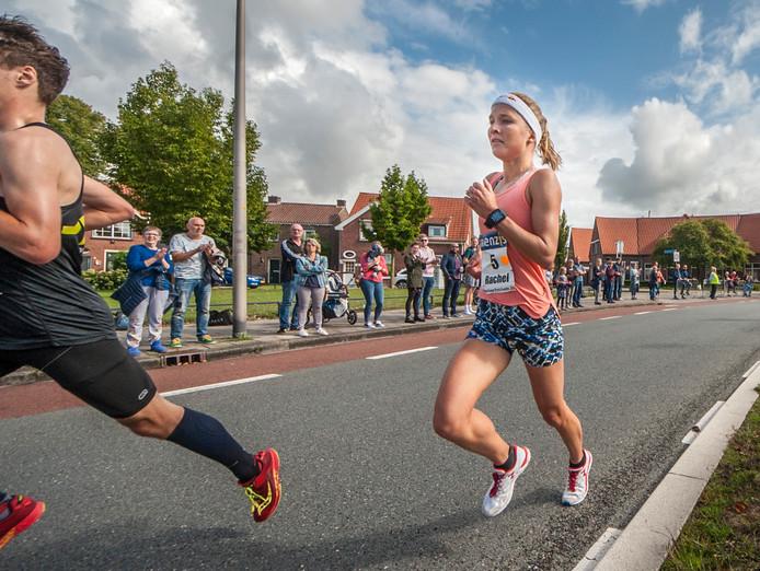 Rachel Klamer onderweg naar de zege in de Singelloop Enschede.