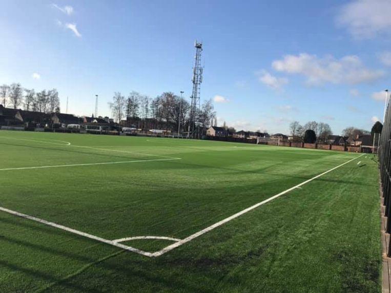Het nieuwe kunstgrasveld wordt dit weekend in gebruik genomen door de eerste ploeg van KFC Moerbeke.