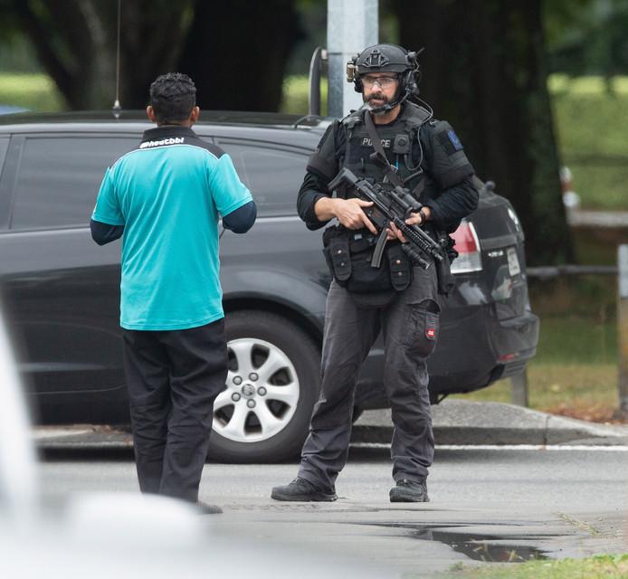 Toegesnelde zwaar bewapende agent na de aanslag op een moskee in Christchurch.