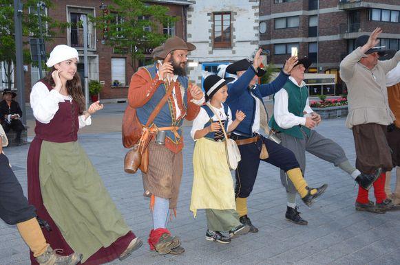 De re-enactors van Doorn Noord zakken af naar de Graanmarkt in het centrum van Ninove.