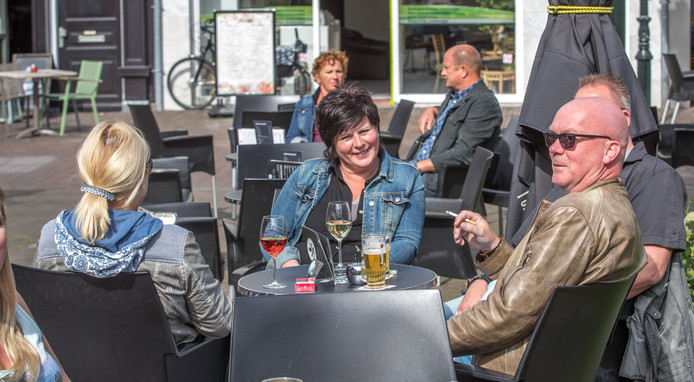 Bezoekers van een terras in Zwolle.