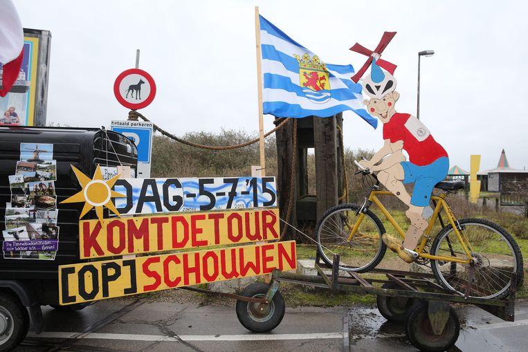 Een aankondiging dat de finish van de tweede etappe van de Tour de France 2015 plaatsvindt op het Zeeuwse werkeiland Neeltje Jans. Beeld ANP