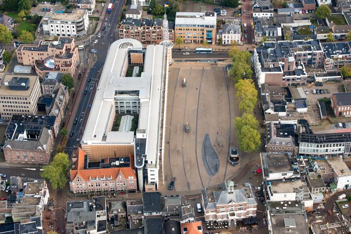 Stadhuis en Marktplein in het centrum van Apeldoorn. De vier bureau's die een ontwerp voor het nieuwe Marktplein hebben gemaakt, mogen hun visie donderdagavond in het Vue Theater presenteren.