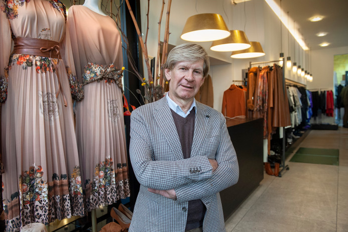 Modeontwerper Addy van den Krommenacker in zijn winkel aan de Verwersstraat.
