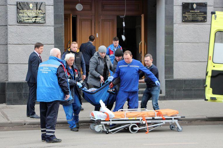 De 17-jarige dader stierf, drie ambtenaren raakten gewond bij de bomexplosie.
