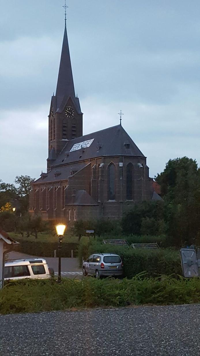 Het verzet tegen een parochiefusie gaat in Lithoijen stug door. Een paar jongeren zijn woensdagavond via een hoogwerker op het dak geklommen om een spandoek te bevestigen met de tekst 'Geen fusie'.
