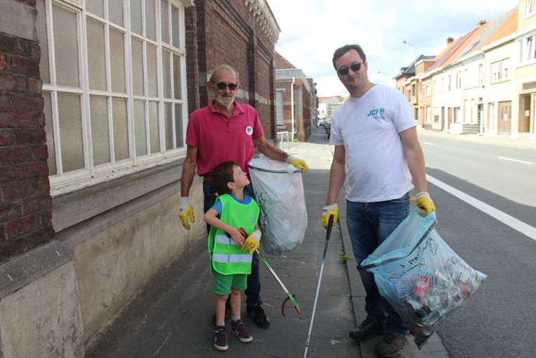 Hans Everaert, Marc Bourgeois en Cyriel in actie tijdens World Cleanup Day.