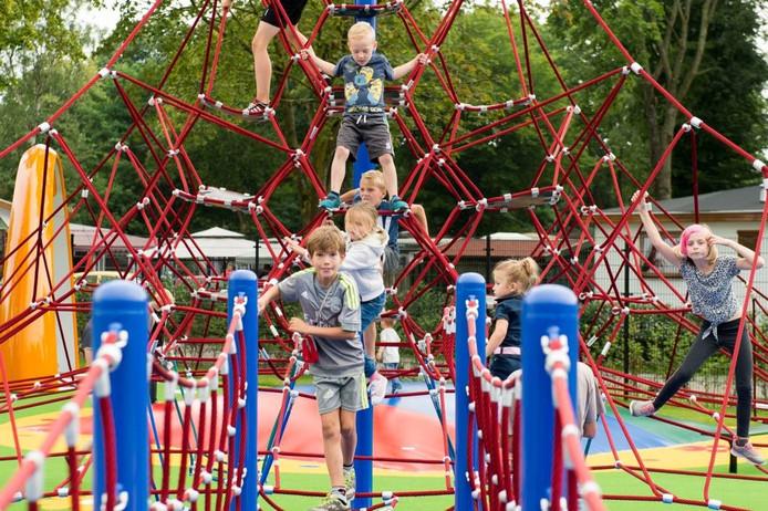 Na de officiële opening maken kinderen meteen gretig gebruik van de nieuwe klimtoestellen bij Kids Wonderland. foto rené schotanus/pix4profs