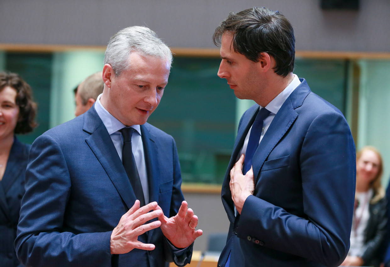 De Franse minister van Financiën Bruno Le Maire (L) en de Nederlandse minister van Financiën Wopke Hoekstra (R). Beeld EPA