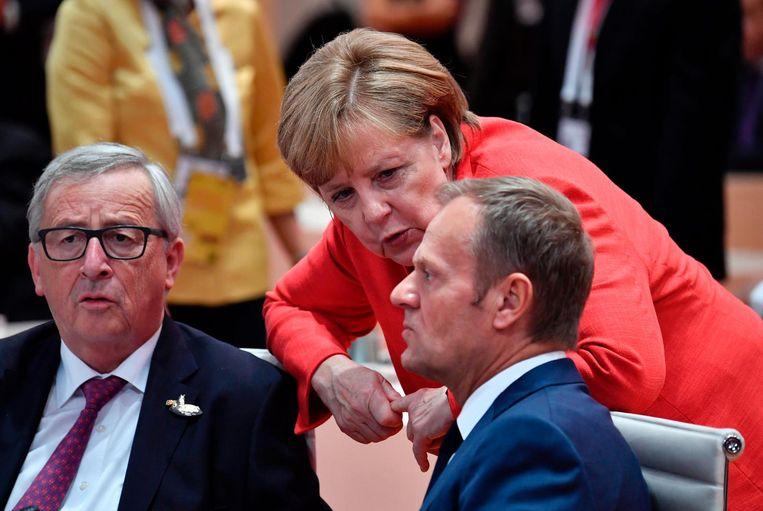 Angela Merkel in gesprek met Jean-Claude Juncker en Donald Tusk. Beeld AFP