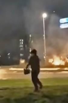 Jongeren steken struiken op Leerdamse rotonde in brand