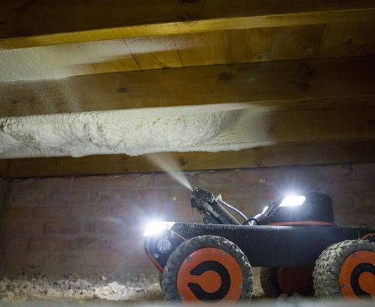 Met deze spuitrobot kunnen ook vloeren met een krappe kruipruimte voorzien worden van isolatie.