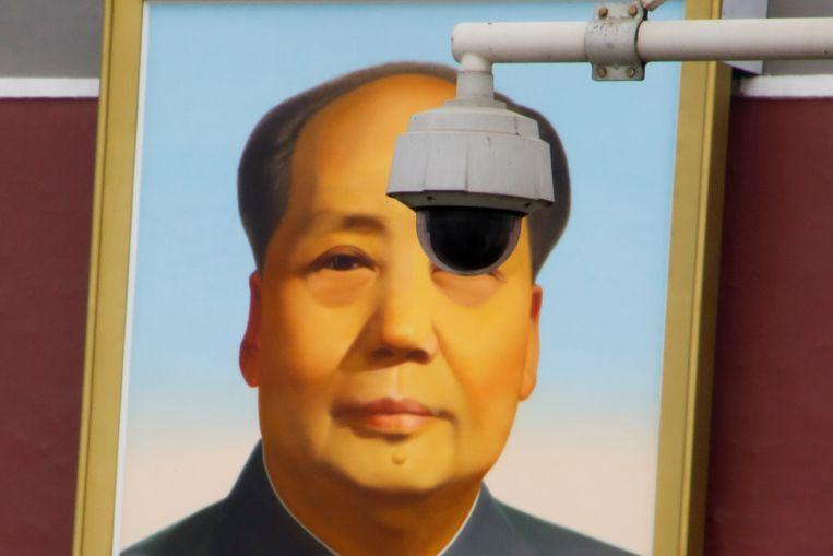 Een bewakingscamera hangt voor een portret van voormalig leider Mao Zedong op het Tiananmenplein in Peking.