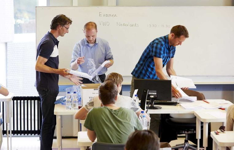 Een leerkracht deelt het eindexamen Nederlands uit op het Leidsche Rijn College. Beeld anp