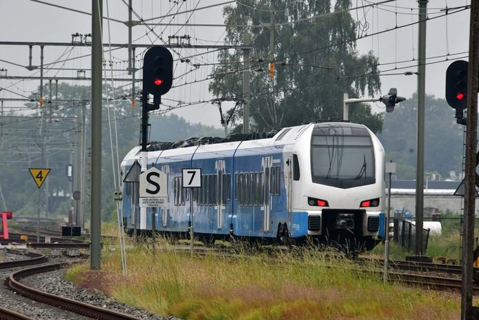 Een Keolistrein lijkt door een rood sein te rijden tussen Enschede en Hengelo. Maar het sein rechts sprong pas op rood nadat de kop van de trein het sein was gepasseerd. Toch gaat het te vaak wel fout.