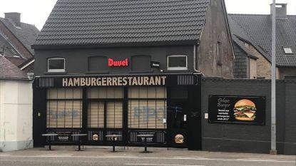 Gevel van pas geopend hamburgerrestaurant beklad met haatboodschappen