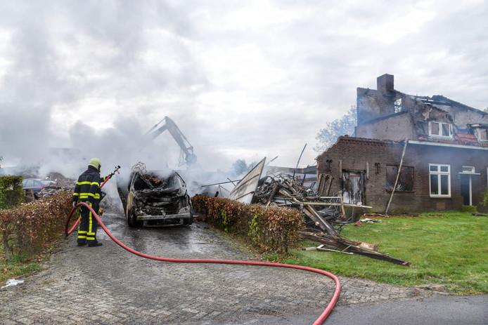 De uitgebrande woonboerderij biedt de ochtend na de brand een trieste aanblik.