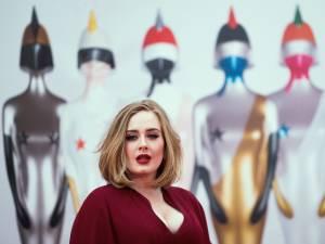 Adele, métamorphosée, renfile une ancienne robe et dévoile sa nouvelle silhouette