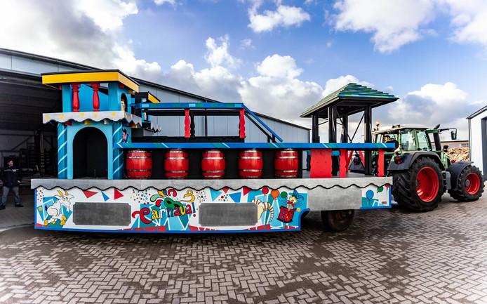 De Prinsenwagen van carnavalsvereniging De Wallepikkers in Zaltbommel bij de nieuwe loods. Vorig jaar brandde de hal volledig af waarbij de praalwagen vlak voor het feest verloren ging.