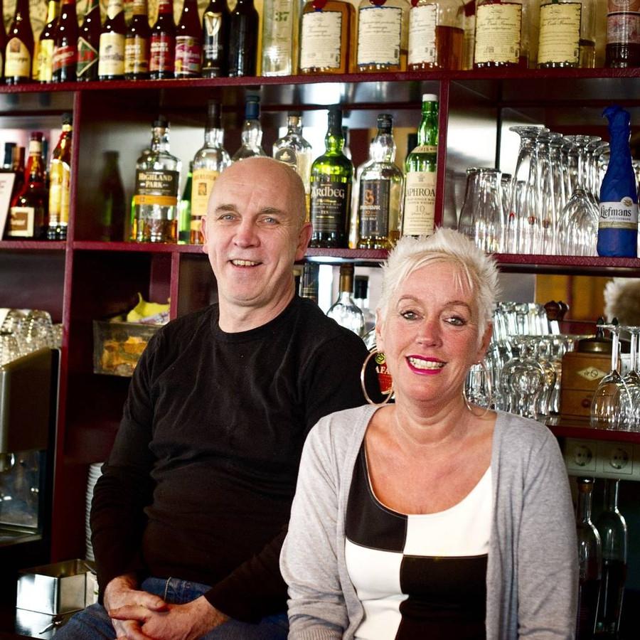 Jan Schellekens kocht café Oud Brabant in 1988 samen met zijn vrouw Dianne Minkels. Inmiddels staat Minkels vaker achter de bar dan Schellekens, die ook een eigen jongerenwerkbureau heeft. foto Else Loof/het fotoburo
