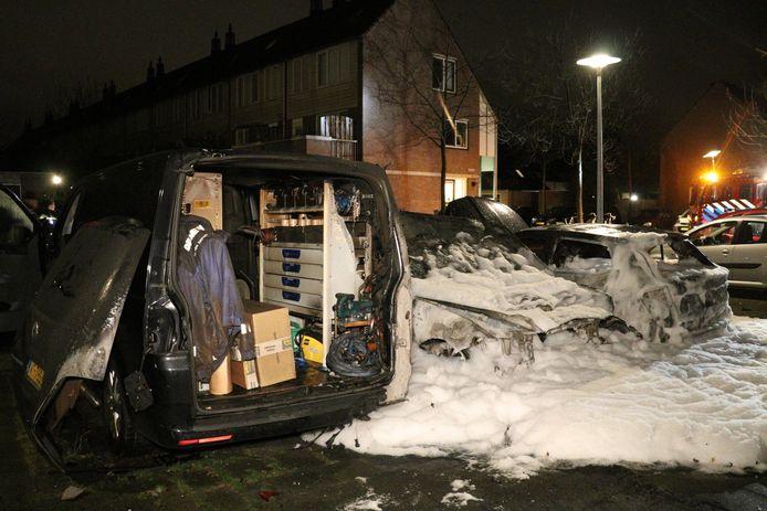 De brandweer gebruikte schuim om de brandende auto's te blussen.