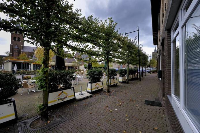 Om de privacy van de omwonenden van café De Commerce te beschermen zijn bloembakken met hoge planten erin geplaatst. 'Nu wordt weer gezegd dat die planten het uitzicht belemmeren.'