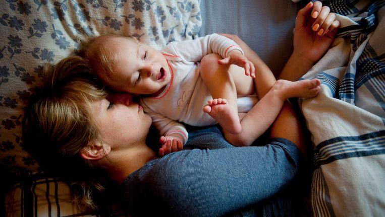 Een moeder met haar kind. Beeld An-Sofie Kesteleyn / de Volkskrant