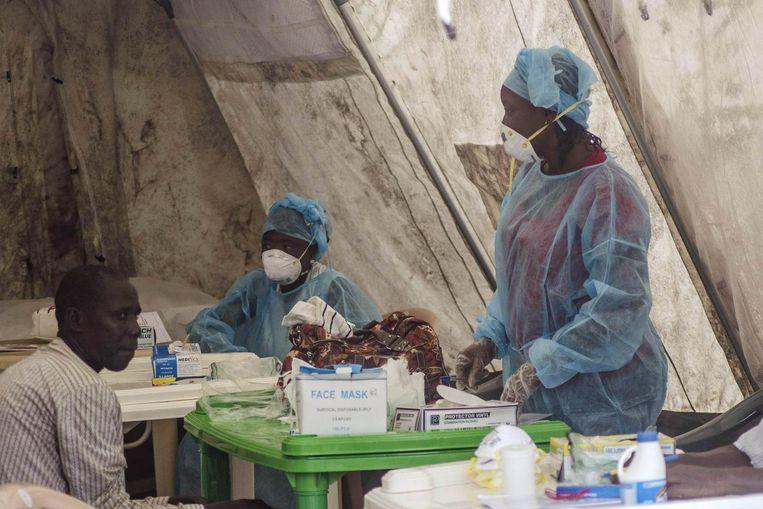 In Sierra Leone wordt bloed getest op de aanwezigheid van het ebolavirus Beeld reuters