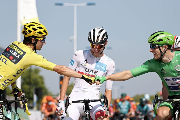Roglic in het geel, Pogacar in het wit: de twee Slovenen strijden om de Tourwinst. Beeld AFP