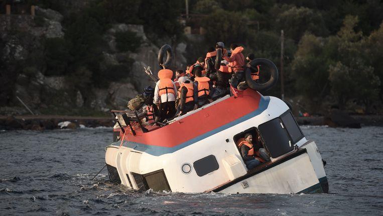 Gekapseisd vluchtelingenschip in de Egeïsche Zee bij Griekenland. Beeld anp