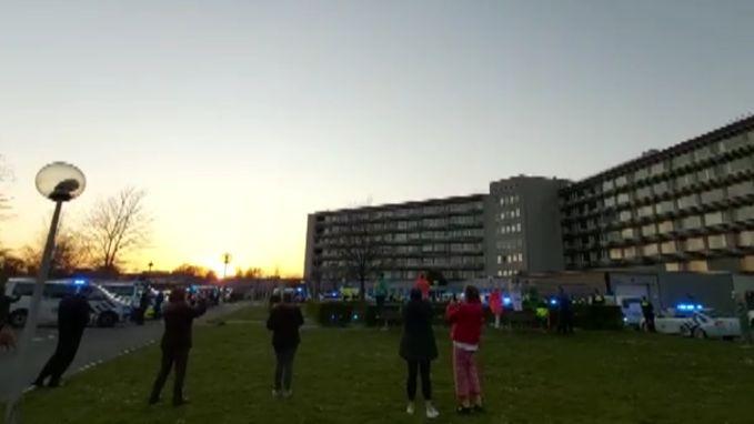 Groot applaus mét zwaailichten van politie voor UZ Jan Palfijn Merksem