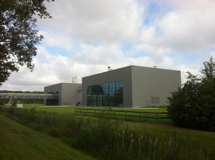 De biomassacentrale van Attero, rechts op de foto. In het gebouw links staan de stoomketels van aardappelverwerker Peka Kroef die voor de rest van de stoom in de fabriek moeten zorgen.