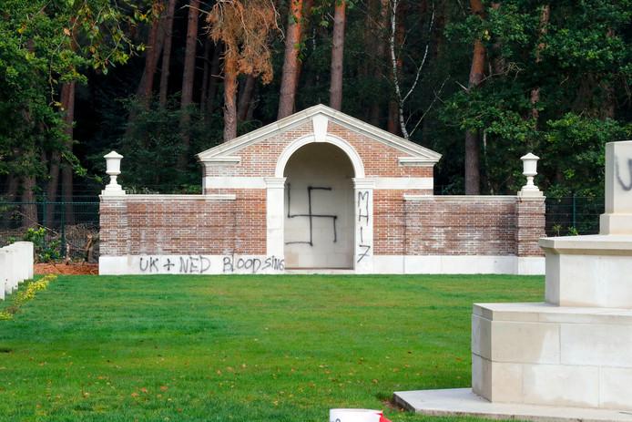 Oorlogsbegraafplaats in Mierlo weer beklad, hakenkruis op kapel.