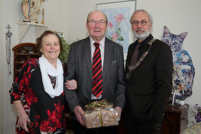 Voor de coronacrisis: burgemeester Victor Molkenboer van Woerden is op bezoek bij het echtpaar Den Blanken-Nieuwendijk.