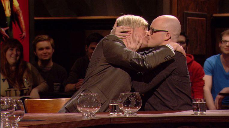 In een aflevering van 'Scheire en de Schepping' kust Showbizz Bart Philippe Geubels vol op de mond.
