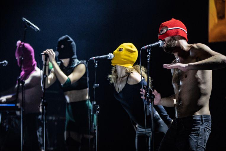 De Russische politie heeft de opname van een videoclip van de punkband Pussy Riot in Sint-Petersburg gestopt. Dat meldt de frontvrouw van de band Nadezjda Tolokonnikova op Twitter.
