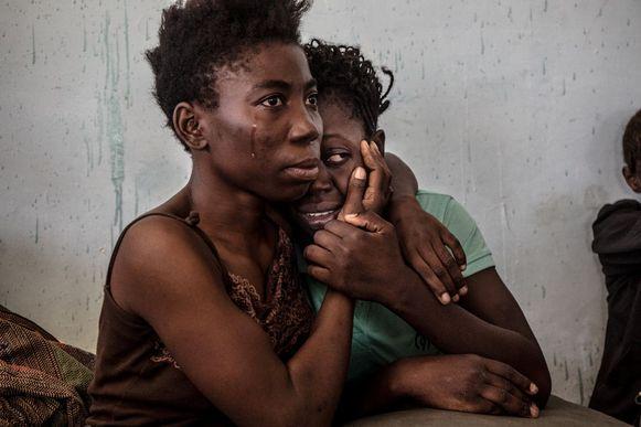 Twee Nigeriaanse vluchtelingen in een detentiecentrum in Libië in 2016.