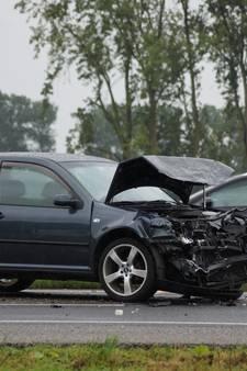 Auto knalt tegen vangrail op A59; oliespoor opgeruimd