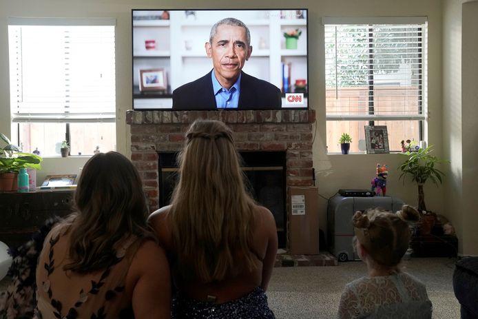 In een speech voor geslaagden sprak Barack Obama zich opnieuw uit over de aanpak van de coronacrisis door president Trump.
