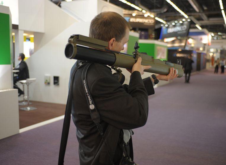 Een bezoeker van de defensie- en beveiligingsbeurs Eurosatory in Villepinte (bij Parijs), vorig jaar juni. Beeld AFP