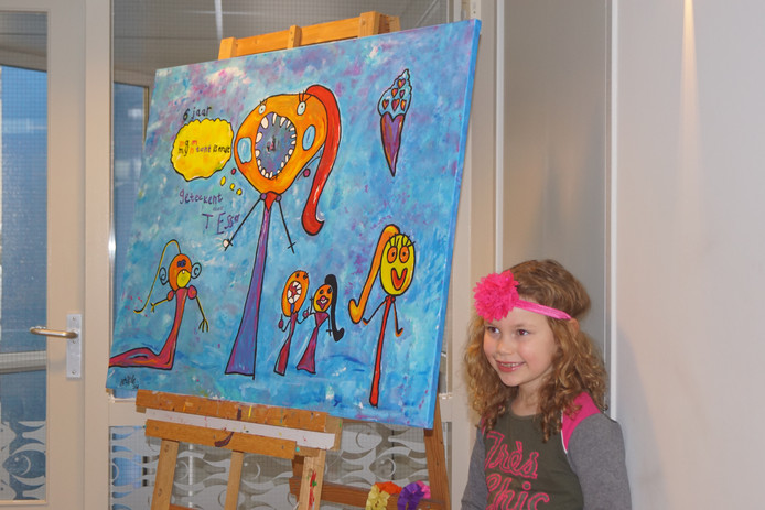 De jonge kunstenares met haar meesterwerk.