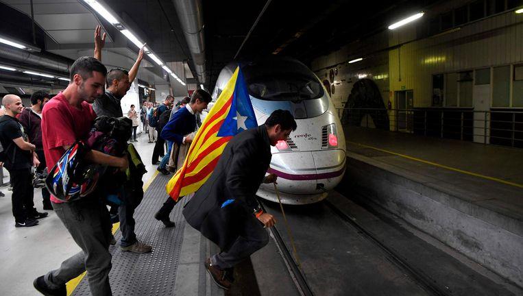 Voorstanders van de Catalaanse onafhankelijkheid proberen woensdag een trein tegen te houden op station Barcelona-Sants Beeld null