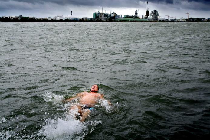 De Sliedrechter Joop Littel zwemt in de Beneden Merwede. Op de achtergrond DuPont en Chemours.