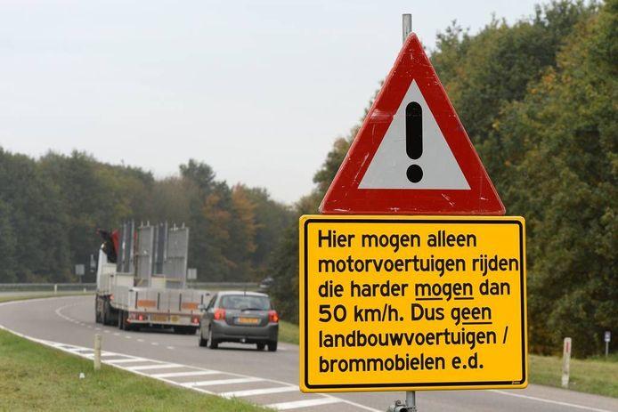 Het bord op de N271 dat zegt 'Verboden voor tractoren'.